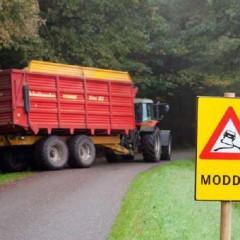 Veiligheid op de weg tijdens de oogstperiode met modderborden
